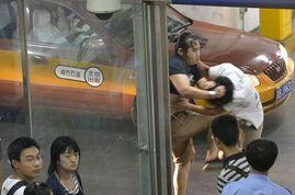 ...年8月26日,北京西站出站口,出租车排队候车处,两名乘客因为插...