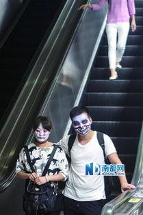 """""""节,开始成为中国年轻人的狂欢节.一边化着装,一边嘻嘻哈哈地玩..."""