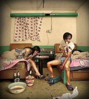 《招待所的那些事儿》这组图片是一组美术作品,它通过不同的场景、...