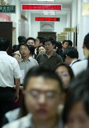 6月6日,北京多对青年男女在西城区民政局婚姻登记处排队领证-千年...
