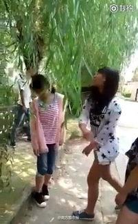 传一段扬州高邮女孩遭殴打视频,... 几名少年在一旁嬉笑,一男孩还比...