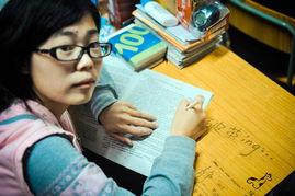 ,复读学校内,学生刘清赛在学习... 我望着妈妈久久没有说话,因为心...