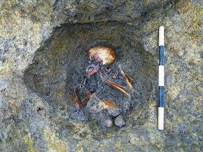 葬的漆床,长约327厘米、宽约143厘米,是同时期中国出土最大、最...