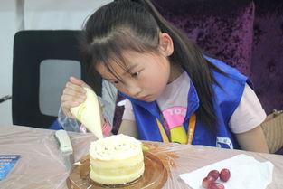 好好日大奶网-5月13日,在母亲节即将来临之际,新华小记者联合卢卡斯艺术培训中...