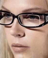 戴眼镜比矫正手术更来得安全 2