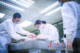 ...年轻的女法医岳霞正和助手解剖一具女尸.-不让真相湮灭 女法医用...
