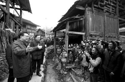 ...寨贫困户 男孩一路追拍总理-国内新闻_国内新闻_环球网