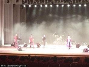 ...bach乐队在朝鲜举办了一场风格奇特的演唱会,这是在朝鲜演出的第...