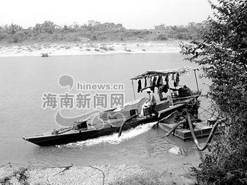 黑沙场横跨定安澄迈两界非法采沙一年多致使河岸坍塌两县奈何不了一...