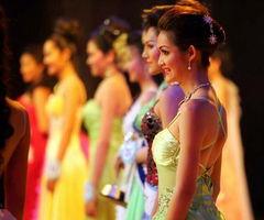 ...一年一度的泰国人妖选美大赛在海滨度假圣地芭堤雅举行,今年的比...