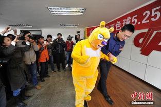 ...,在山西省福利彩票发行中心,中国彩票史上第三大奖得主身着卡通...