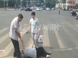 视频曝济南一路口中年夫妇当街殴打白发老太太-济南 中年夫妇当街殴...