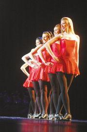 ...,来自《凯尔特传奇》的舞者们用各种爱尔兰传统演奏方式,让现场...