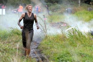 ...赛跑 女郎胸陷泥坑无法自拔