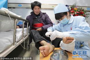 """割女人的玉脚-""""妈,你脚好没,我爸好没?""""4月7日,别离一周多的母子在病房见面..."""