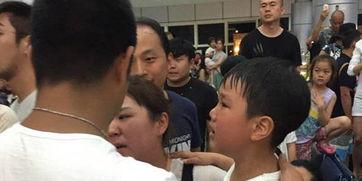 网友拍摄的现场视频中,有边检人员拿出了电击枪向游客挥舞.在排队...