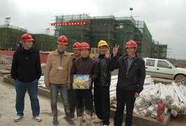 ...锦绣香江建设的外来务工人员接到慰问品后满心高兴.-市领导邓浓乐...
