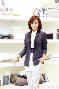 ...娱乐讯 昨日,刘涛干练现身某品牌活动,微卷短发搭配简约高跟鞋,...