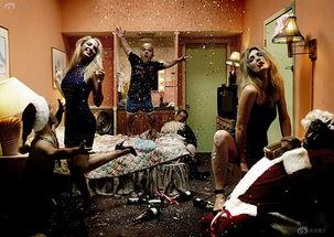 《五星招待所》和《107号房间》都是从相同的角度拍摄旅馆房间中...