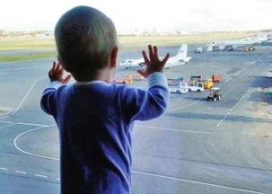 mova,跟着父母去度假飞机起飞... 她还把小手贴在玻璃窗上看着窗外...