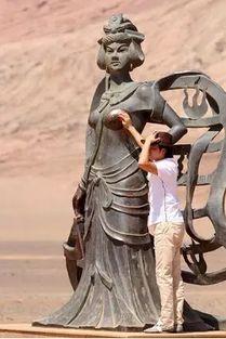 一尊坐落于长沙世界之窗的访《大卫像》景观雕塑,被一位美女游客在...