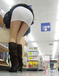 性感少妇皮裤翘臀 街拍黑色紧身皮裤 穿紧身皮裤翘臀美女