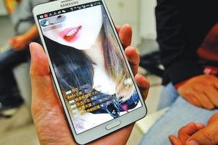 手机上显示的某平台的直播画面-黄播 APP吸金密码 与主播合作通过淫...