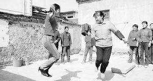 ...市含山县太平村留守妇女举行跳绳比赛.-留守 的幸福生活 见证