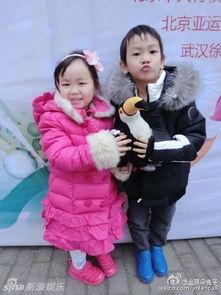 ...娱乐讯 王宝强老婆在微博晒出周末参加女儿演出的照片.小娜娜穿着...