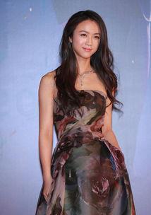 第48届台湾金马奖红毯,汤唯身穿裸色Valentino长裙,犹如仙女下凡...