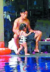 ...儿戏水 女儿穿黑白泳衣超可爱 图