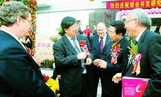 ...穗总领事曾国熙一起参加综合开发研究院15周年庆典.深圳商报记者 ...