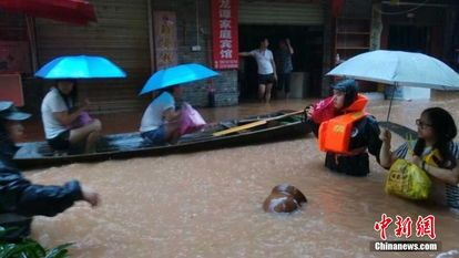 千曲之袭城雨-受强降雨影响,7月15日15时,湖南湘西凤凰古城境内的沱江出现超历...