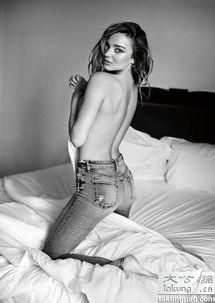 米兰达可儿火辣拍广告 半裸上阵与男模缠绵