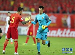 ...6日,替换曾诚上场的中国队守门员顾超(右)与队友张琳芃击掌....